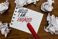 Escritura conceptual de la mano que muestra a hola me soy enganchado Foto del negocio que mostraba él dio el anillo que vamos a c fotos de archivo