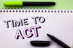 Escritura conceptual de la mano que muestra hora de actuar El plazo de exhibición de la estrategia del momento de la acción de la Imagen de archivo