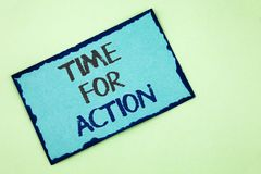 Escritura conceptual de la mano que muestra la hora para la acción El texto de la foto del negocio ahora hace algo para un acto p Foto de archivo libre de regalías