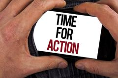 Escritura conceptual de la mano que muestra la hora para la acción La exhibición de la foto del negocio ahora hace algo para un a Fotografía de archivo libre de regalías