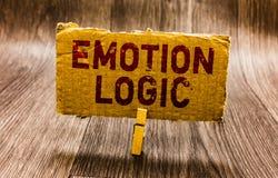 Escritura conceptual de la mano que muestra lógica de la emoción Corazón del texto de la foto del negocio o Brain Soul o equilibr fotografía de archivo libre de regalías