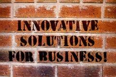 Escritura conceptual de la mano que muestra las soluciones innovadoras para el negocio Ideas modernas del texto de la foto del ne fotos de archivo