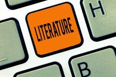 Escritura conceptual de la mano que muestra la literatura Las escrituras escritas texto de los libros de trabajos de la foto del  imagenes de archivo