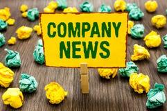 Escritura conceptual de la mano que muestra noticias de la compañía La información más reciente del texto de la foto del negocio  imagenes de archivo