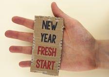 Escritura conceptual de la mano que muestra nuevo comienzo del Año Nuevo El tiempo del texto de la foto del negocio para seguir r Foto de archivo libre de regalías