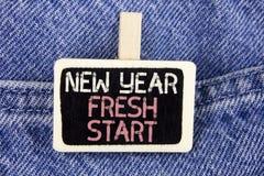 Escritura conceptual de la mano que muestra nuevo comienzo del Año Nuevo El tiempo del texto de la foto del negocio para seguir r Imagen de archivo libre de regalías