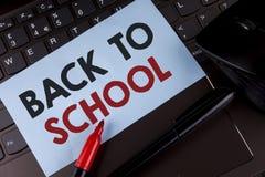 Escritura conceptual de la mano que muestra de nuevo a escuela Momento adecuado de exhibición de la foto del negocio de comprar l Imagen de archivo libre de regalías