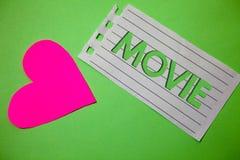 Escritura conceptual de la mano que muestra película Cine de exhibición de la foto del negocio o vídeo cinematográfico de la pelí Foto de archivo libre de regalías