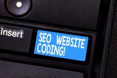 Escritura conceptual de la mano que muestra a Seo Website Coding La exhibición de la foto del negocio crea el sitio en manera par imágenes de archivo libres de regalías