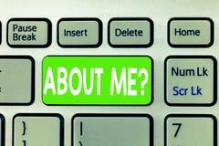 Escritura conceptual de la mano que muestra SOBRE MÍ la pregunta El texto de la foto del negocio de interrogación que deja la otr foto de archivo