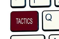 Escritura conceptual de la mano que muestra táctica La acción de exhibición Team Strategy de la foto del negocio planeó cuidadosa fotografía de archivo libre de regalías