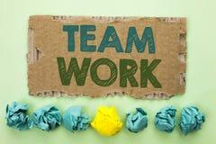 Escritura conceptual de la mano que muestra a Team Work Wri de la colaboración de la unidad del logro del trabajo de grupo de la  foto de archivo libre de regalías