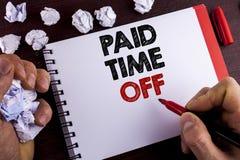 Escritura conceptual de la mano que muestra tiempo pagado apagado Vacaciones del texto de la foto del negocio con el writte curat Fotografía de archivo libre de regalías