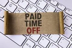 Escritura conceptual de la mano que muestra tiempo pagado apagado Vacaciones de exhibición de la foto del negocio con la cura de  Fotografía de archivo