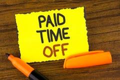 Escritura conceptual de la mano que muestra tiempo pagado apagado Vacaciones de exhibición de la foto del negocio con la cura de  Imagen de archivo