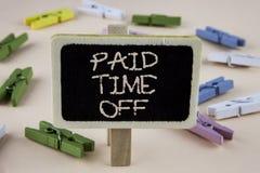 Escritura conceptual de la mano que muestra tiempo pagado apagado Vacaciones de exhibición de la foto del negocio con la cura de  Foto de archivo libre de regalías