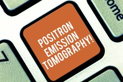 Escritura conceptual de la mano que muestra la tomografía por emisión de positrones Proyección de imagen funcional de la medicina fotografía de archivo libre de regalías