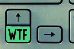 Escritura conceptual de la mano que muestra Wtf Abreviatura escrita argot ofensivo del texto de la foto del negocio a la sorpresa fotos de archivo libres de regalías