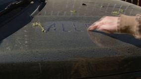 Escritura de alergia de la palabra en un coche metrajes