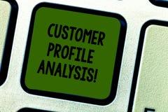 Escritura de análisis del perfil de cliente de la demostración de la nota Perfil de cliente de la foto del negocio o estudio de m imagen de archivo libre de regalías