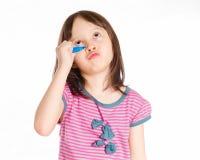 Escritura de la chica joven en tablero virtual con el marcador azul Foto de archivo libre de regalías