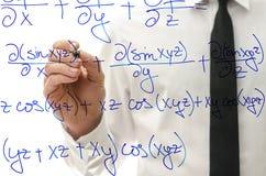 Escritura de la ecuación complicada de la matemáticas en tablero virtual fotos de archivo