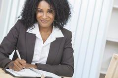 Escritura de la empresaria de la mujer del afroamericano Imagen de archivo