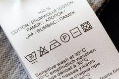 Escritura de la etiqueta de cuidado del lavadero Foto de archivo libre de regalías