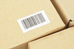 Escritura de la etiqueta de la clave de barras en el rectángulo del cartón Imagen de archivo