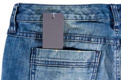 Escritura de la etiqueta de los pantalones vaqueros del papel de la etiqueta del espacio en blanco del detalle de los tejanos Fotografía de archivo