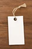 Escritura de la etiqueta del precio en tarjeta de madera Fotos de archivo libres de regalías