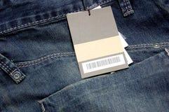 Escritura de la etiqueta en los pantalones vaqueros Fotos de archivo libres de regalías
