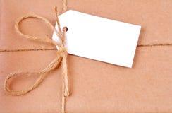 Escritura de la etiqueta en un servicio postal de paquetes Imagen de archivo