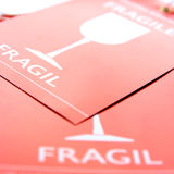 Escritura de la etiqueta frágil para el equipaje Fotos de archivo