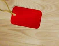 Escritura de la etiqueta roja en una superficie de madera Fotos de archivo
