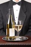 Escritura de la etiqueta y vidrio del espacio en blanco de la botella del vino blanco del camarero Imagenes de archivo
