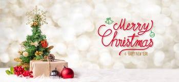 Escritura de la Feliz Navidad roja y de la Feliz Año Nuevo con el tre de Navidad fotos de archivo libres de regalías