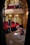 Escritura de la lectura de la mujer en etapa Foto de archivo libre de regalías