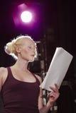 Escritura de la lectura de la mujer joven en etapa imagen de archivo libre de regalías