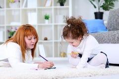 Escritura de la madre y de la hija junto fotos de archivo libres de regalías