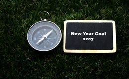 Escritura 2017 de la meta del Año Nuevo en etiqueta Imagenes de archivo