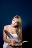 Escritura de la muchacha con la pluma de canilla Imagenes de archivo
