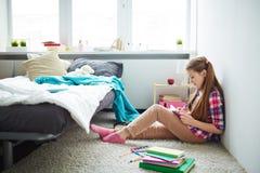 Escritura de la muchacha en diario Imagenes de archivo