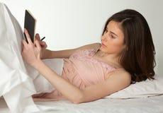 Escritura de la muchacha en dreambook Foto de archivo