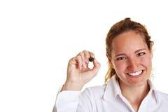 Escritura de la mujer de negocios con la pluma Imagen de archivo