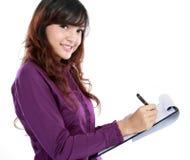 Escritura de la mujer de negocios en el documento Imagenes de archivo