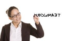 Escritura de la mujer de negocios en tarjeta transparente Imagen de archivo
