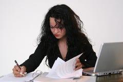 Escritura de la mujer de negocios en un documento Fotos de archivo