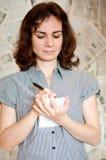 Escritura de la mujer del periodista Foto de archivo libre de regalías