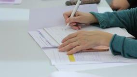 Escritura de la mujer en cuaderno